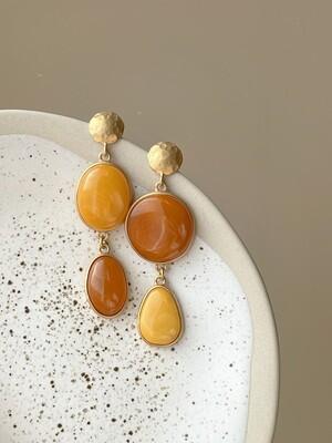 Позолоченные асимметричные серьги пусеты с янтарем. 12 гр