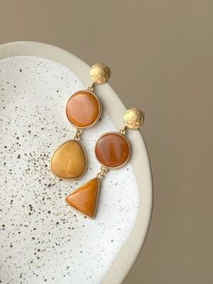Позолоченные асимметричные серьги пусеты с янтарем. 11,41 гр