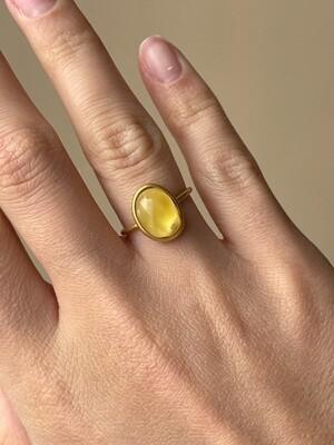 Позолоченное кольцо с янтарем, размер 15,75
