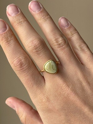 Позолоченное кольцо с янтарем, размер 17.25