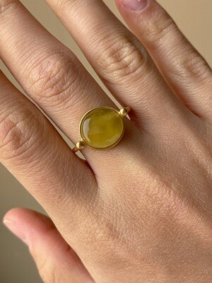 Позолоченное кольцо с янтарем, размер 18.75