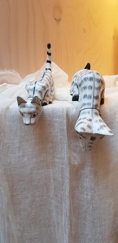 Nieuwsgierig houten katje S