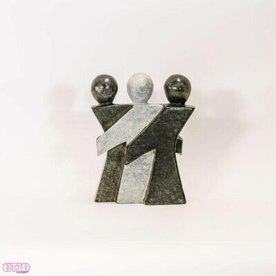 Modern beeld van natuursteen met drie personen