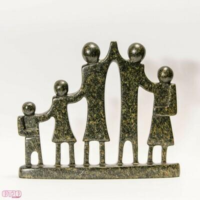 Beeld van natuursteen gezin met 5 personen
