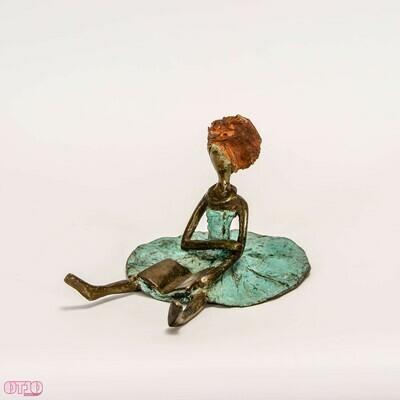 Bronzen zittend meisje met boek
