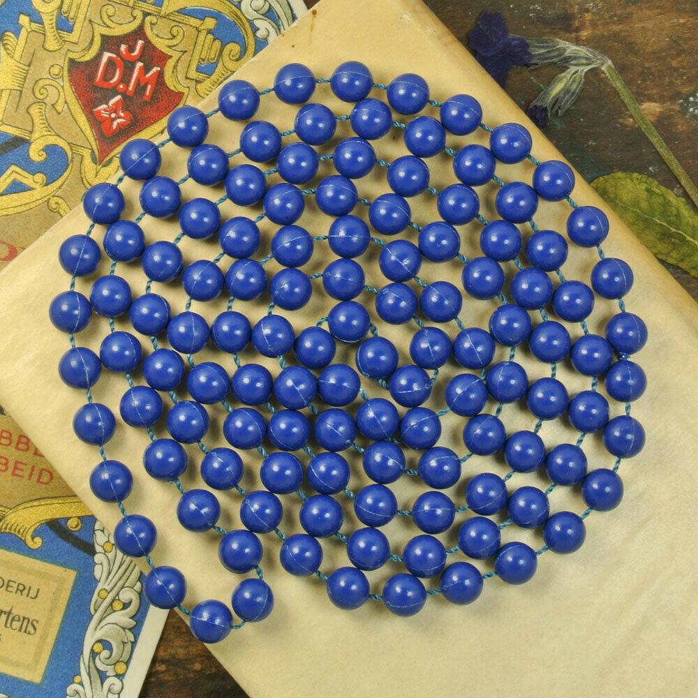 Бусы из синего пластика