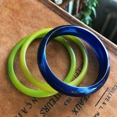 Браслеты из люцита: синий и зеленые