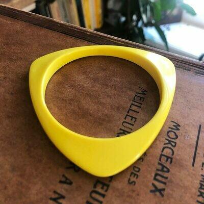 Желтый браслет из пластика