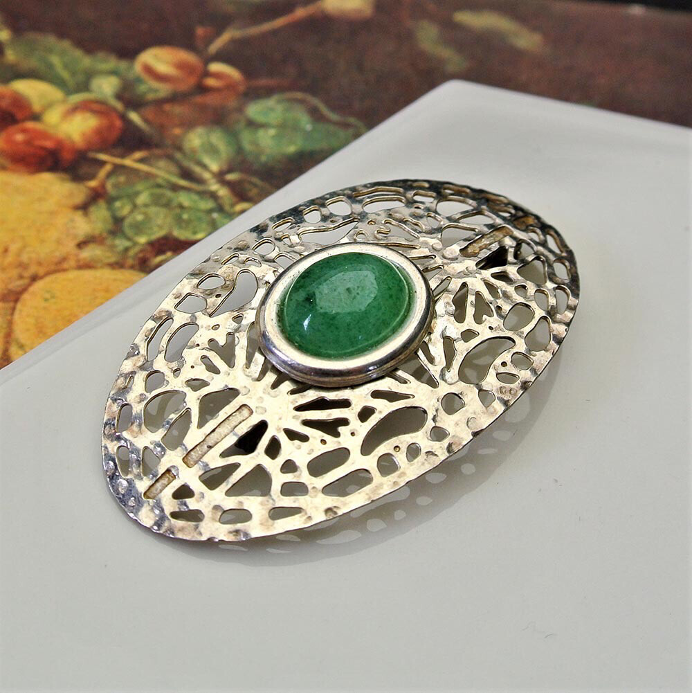 Винтажная серебряная брошь с зелёным кабошоном