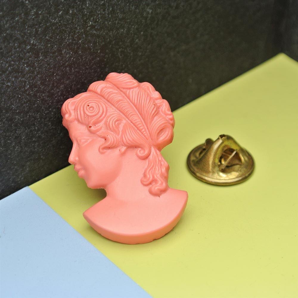 Пин «Камея» из розового пластика
