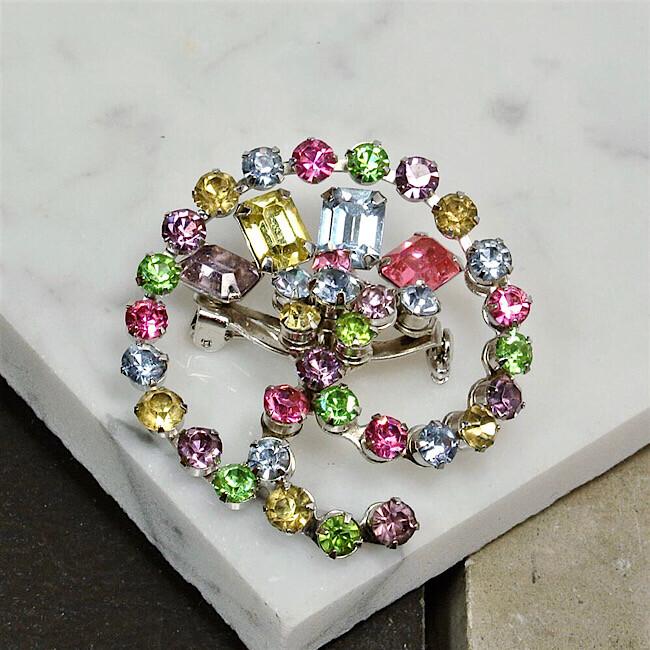 Брошь Coro с кристаллами пастельных оттенков