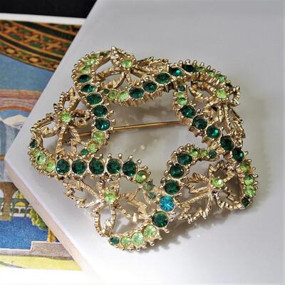 Винтажная брошь с зелёными кристаллами