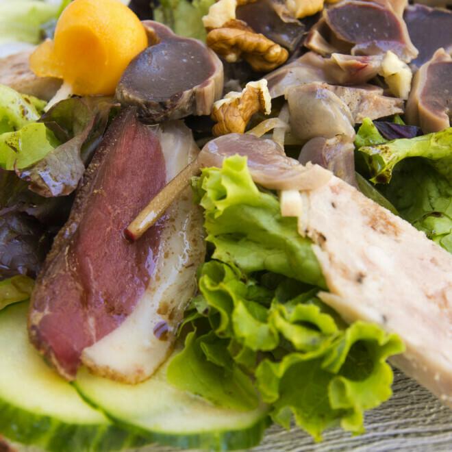 Salade Gourmande – Gésiers, foie gras et magret séché maison