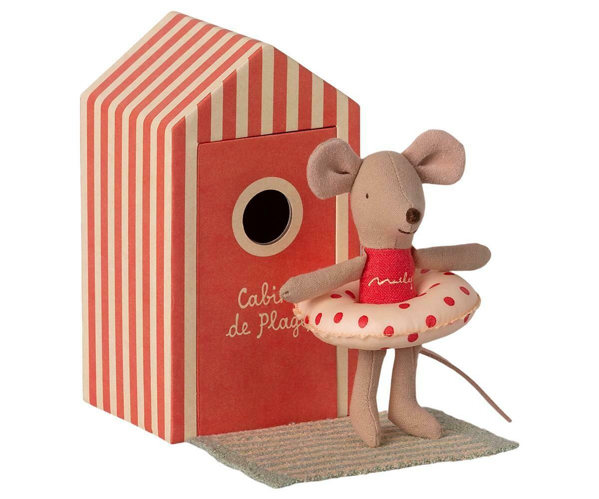 Beach mouse. Little sister in cabin de plage