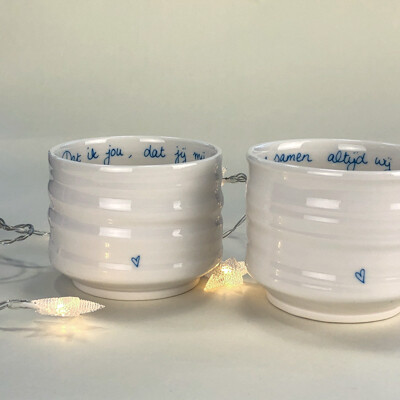 Set met twee porseleinen theekommen / Set of porcelain tea bowls