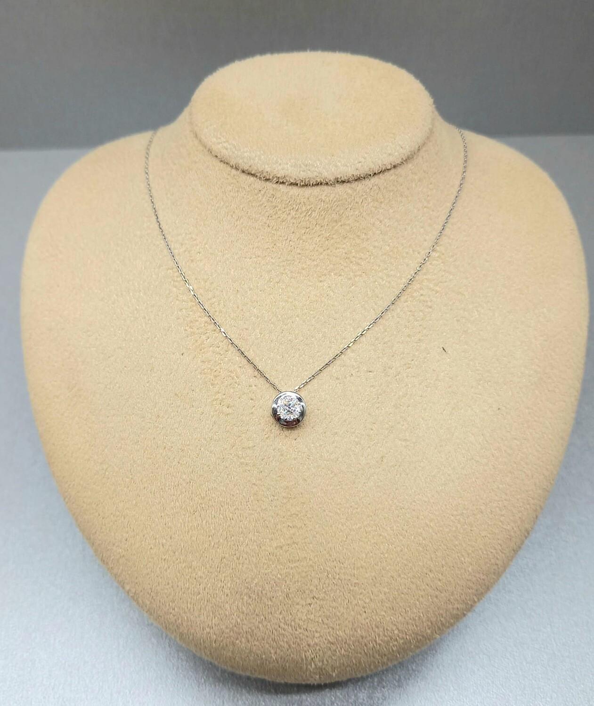 Cadena y colgante de oro blanco y diamantes talla brillante, 0,10ktes