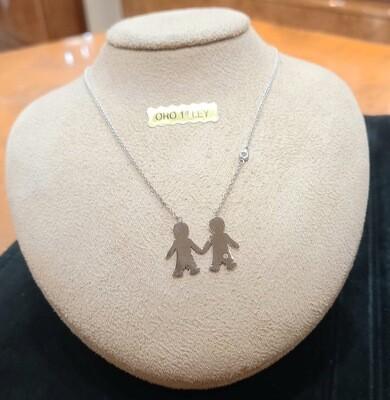 Cadena y colgante de niños de oro blanco con un diamante talla brillante.