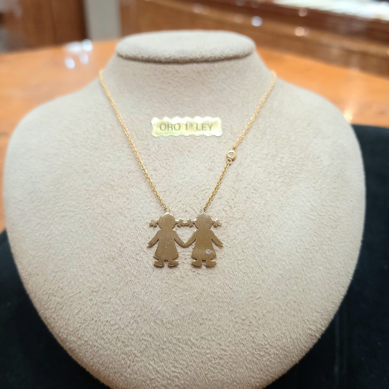 Cadena y colgante de oro 2 niñas, con un diamante talla brillante.