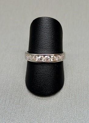 Sortija de oro blanco, media alianza de diamantes talla brillante con un peso de 0,56 ktes y calidad H,VVS