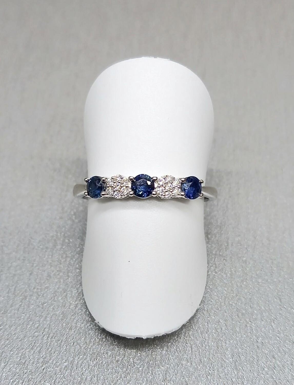 Sortija de oro blanco con zafiros, y diamantes talla brillante, con un peso de 0,37 ktes los zafiros y 0,04 ktes los diamantes.