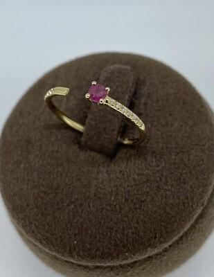 Sortija de oro amarillo con diamantes talla brillante y rubí