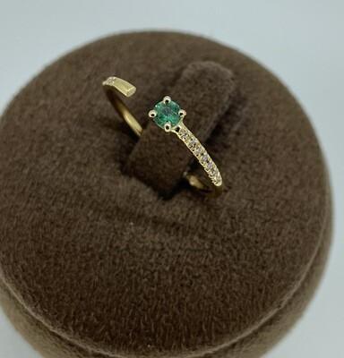 Sortija de oro amarillo con diamantes talla brillante y esmeralda