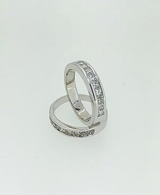 Sortija de oro blanco en media alianza y diamantes talla princesa con un peso de 0,48 ktes
