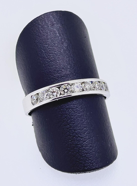 Sortija de oro blanco con diamantes talla brillante, con un peso de 0,45 ktes
