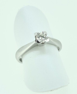 Solitario de oro blanco en garra con un diamante talla brillante, con un peso de 0,30 ktes.