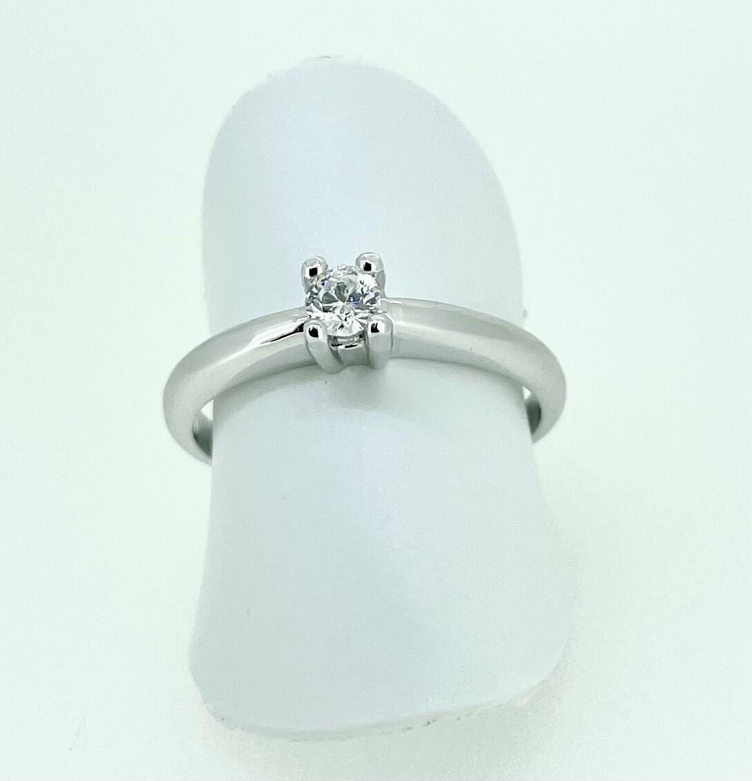 Solitario de oro blanco, con un diamante talla brillante de 0,15 cts de peso.