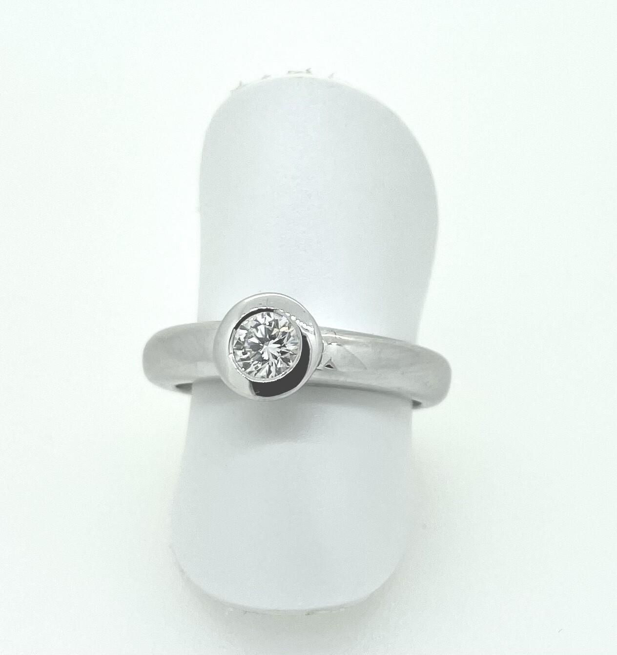 Solitario de oro blanco, con un diamante talla brillante de 0,30 ktes de peso.