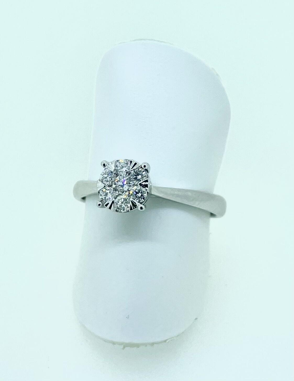 Solitario de oro blanco en pavé de 7 diamantes talla brillante, con un peso total de 0,23 ktes.