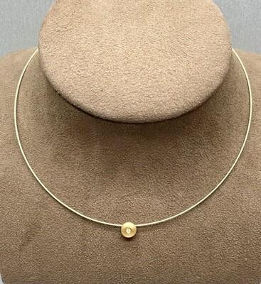 Cadena semi rígida y chatón de oro amarillo con un diamante talla brillante de 0,05 ktes de peso.