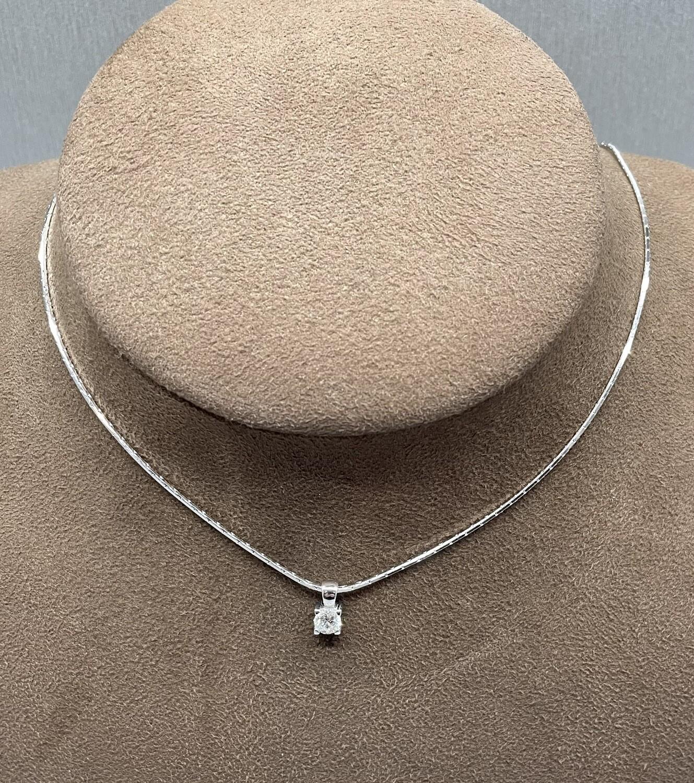 Cadena de oro blanco, con chatón de oro blanco y diamante talla brillante de 0,47 ktes de peso.