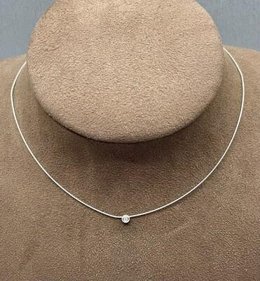 Cadena de oro blanco de cola de ratón rígida, con chatón en oro blanco y diamante talla brillante de 0,05 ktes de peso.