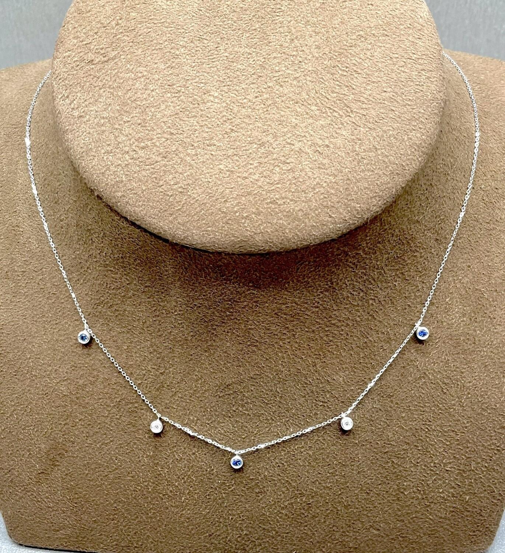 Cadena de oro blanco con diamantes talla brillante y zafiros, con un peso de 0,12ktes los zafiros y 0,05 ktes los brillantes.
