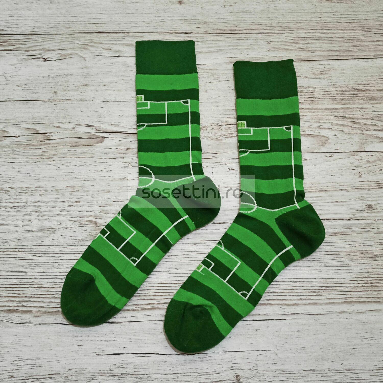 Sosete lungi colorate cu model teren fotbal, sosete vesele teren fotbal happy socks