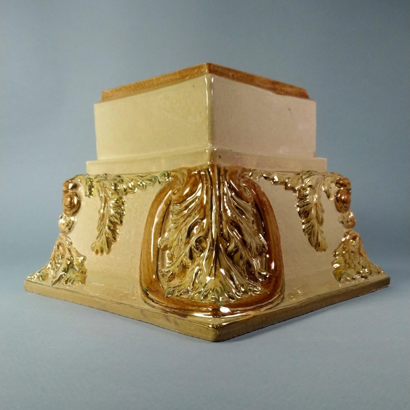 Угол Карниза большого (Кузнецовская коллекция), рельефный, с золотом. Размер 195х150х65х65 мм