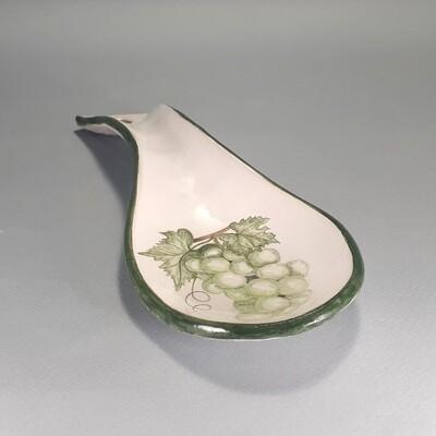 Ложка  с виноградом и листьями как подставка под ложки. Керамика
