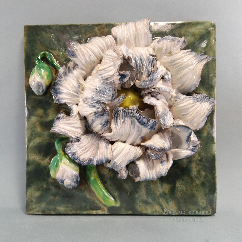Изразец с зеленым фоном и с белым цветком. 200х200х14мм