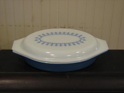 Pyrex 1Qt Divided Vegetable Dish, Blue Snow Flake Pattern, W/Lid