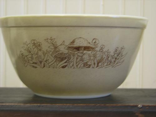 Pyrex 1.5 l #402 Mixing Bowl, Forest Fancies Pattern