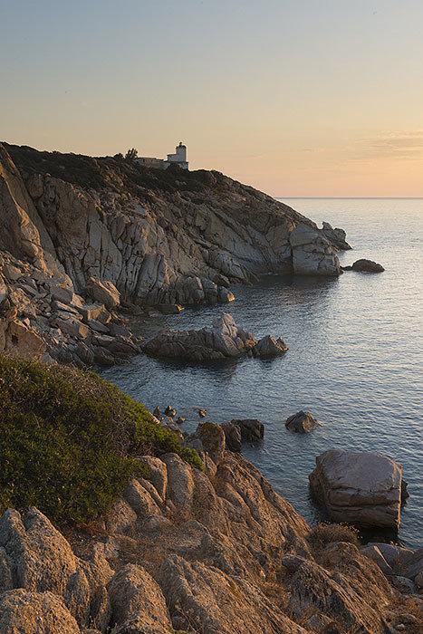 Alba al faro di capo Ferrato - Sardegna