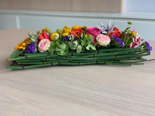 Langwerpig bloemstuk kleurrijk