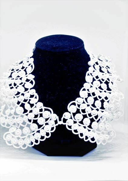 Collar with pearls lace