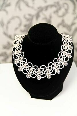Necklace with pearls lace