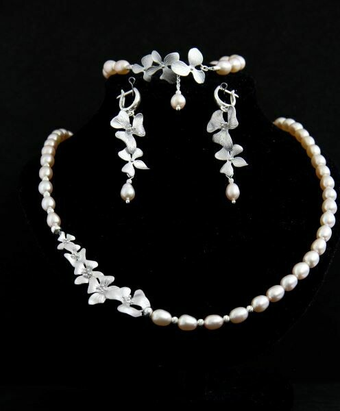 Set with natural pearls