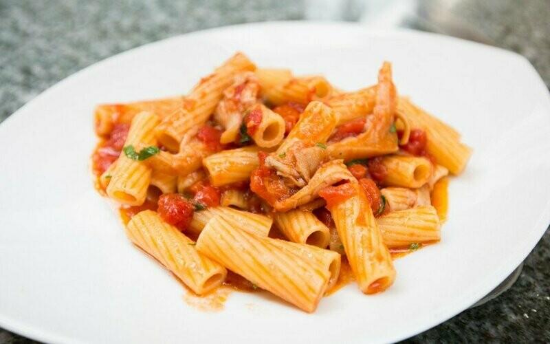 Tagesteller - Rigatoni Trattoria - Pasta mit Geschnetzeltes Kalbfleisch, Champignons und Tomatensauce inkl. Rüeblisuppe