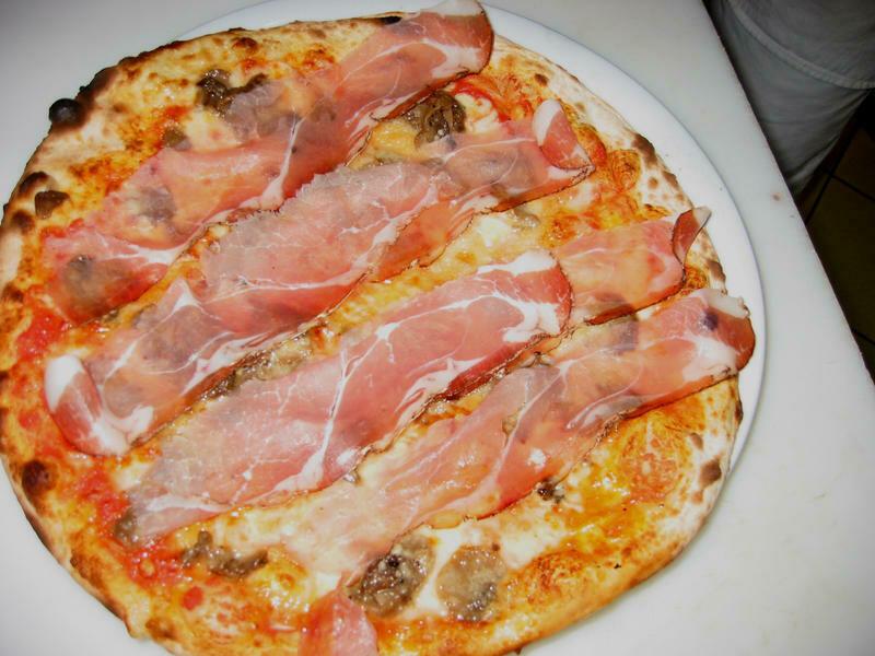 Pizza del Giorno - Boscaiola mit Tomatensauce, Mozzarella, Champignons, Speck Alto Adige IGP und Oregano inkl.  Rüeblisuppe