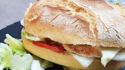 """Il Panino """"Vito"""" Hausgemachtes Poulet-Sandwich, garniert mit Salat und Tomatenscheibe"""